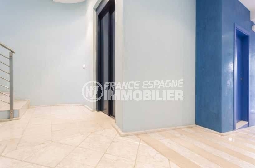 vente appartement llanca, pas cher, parties communes couloir avec ascenseur et escaliers