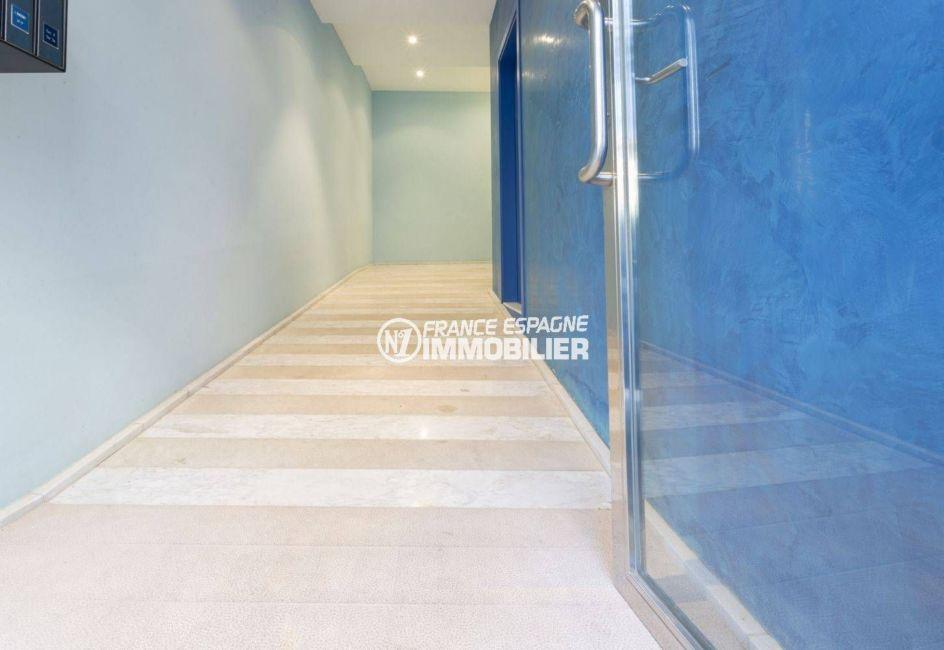 appartement a vendre llanca vue mer, 43 m², vue sur la porte d'entrée de l'immeuble