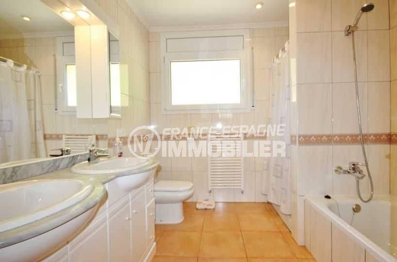 maison a vendre en espagne pres de la frontiere francaise, ref.3501, salle de bains, vasques, wc