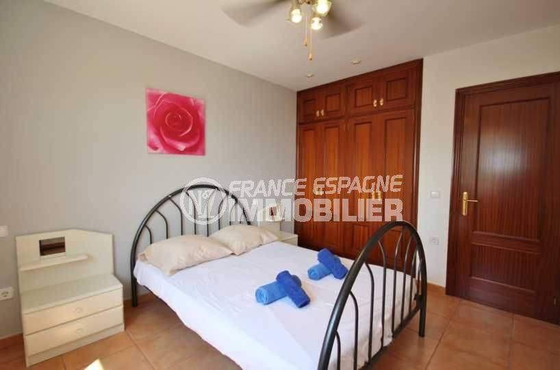costa brava house: villa ref.3501, deuxième chambre avec lit double et placards