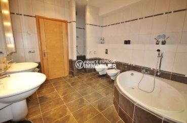 achat villa costa brava, ref.2364, salle de bains: baignoire, 2 lavabos et wc / bidet