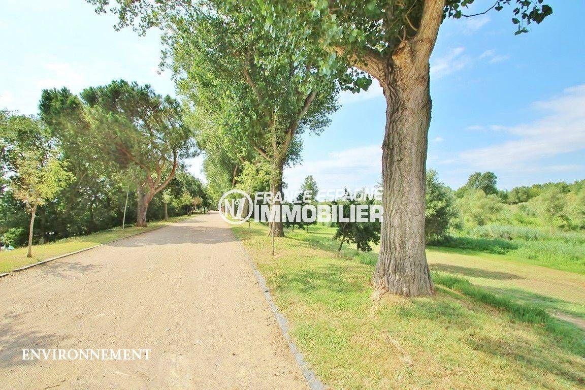 agence immobiliere francaise empuriabrava: villa ref.3498, vue sur le parc aux alentours de Castello d'Empuries