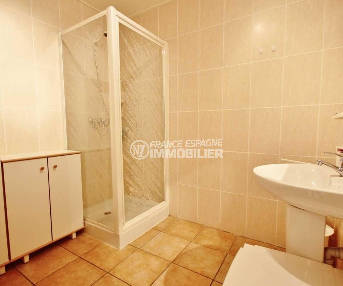acheter costa brava: villa ref.3501, salle d'eau avec cabine de douche et lavabo