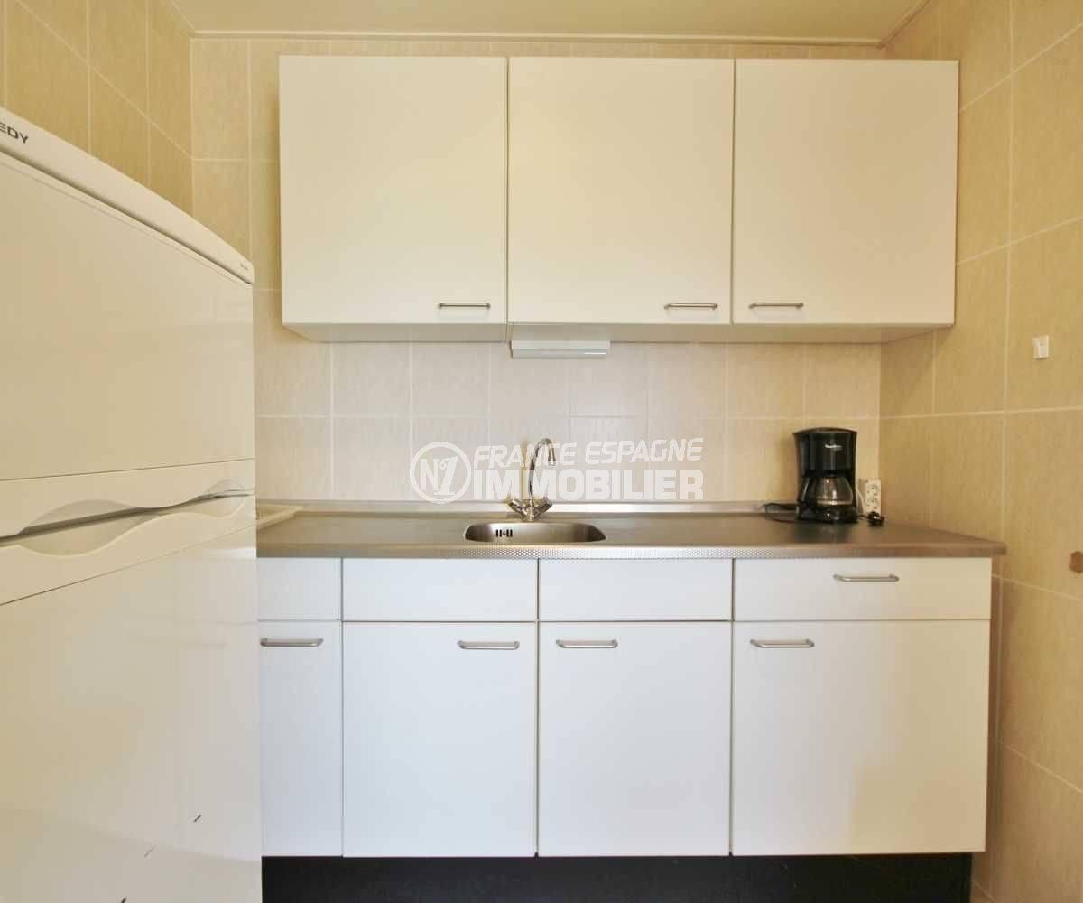 acheter sur la costa brava: villa ref.3501, coin cuisine aménagée avec des rangements