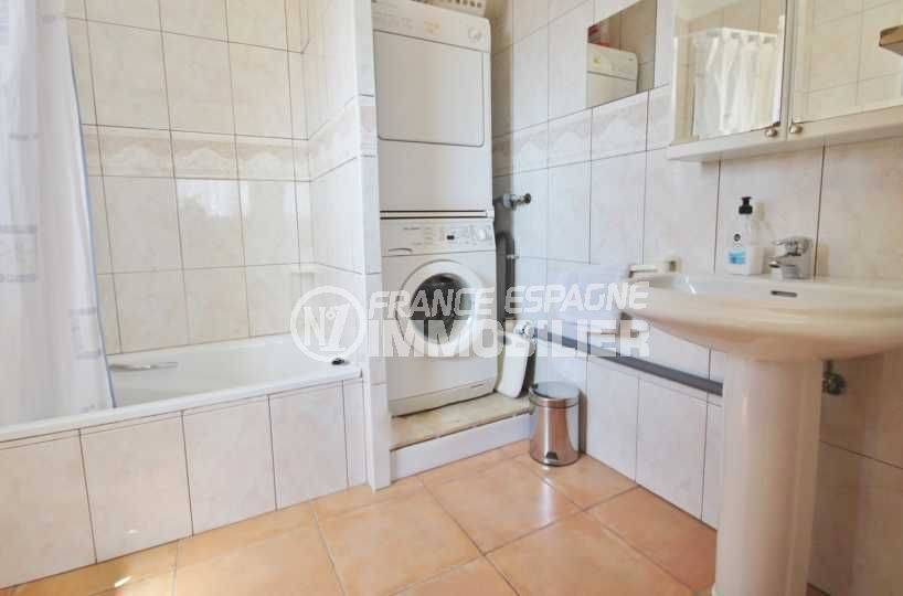 costa brava maison a vendre, ref.3501, salle de bains avec baignoire et lavabo