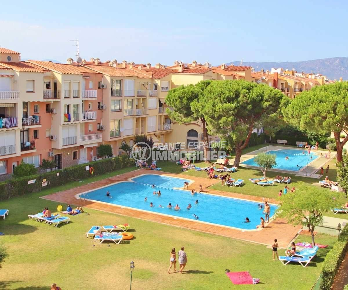 agence immo empuriabrava vend appartement proche plage avec terrasse solarium - vue ur les piscines