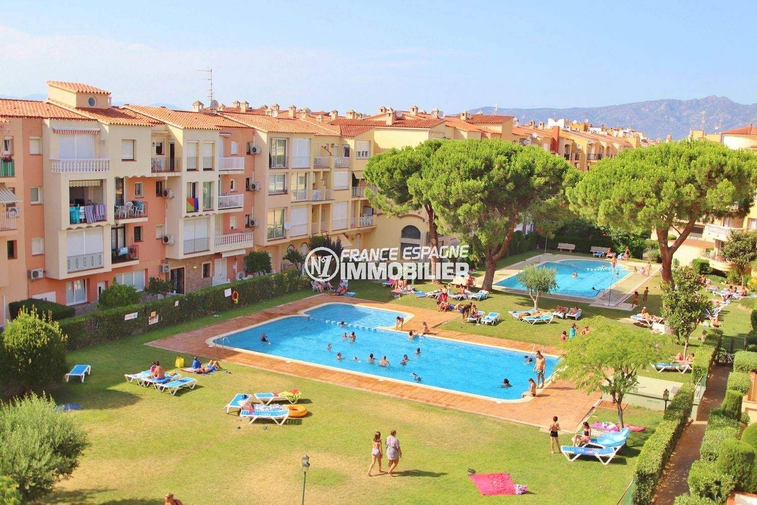 real estate Empuriabrava, apartment near beach, solarium, swimming pool and  parking possible