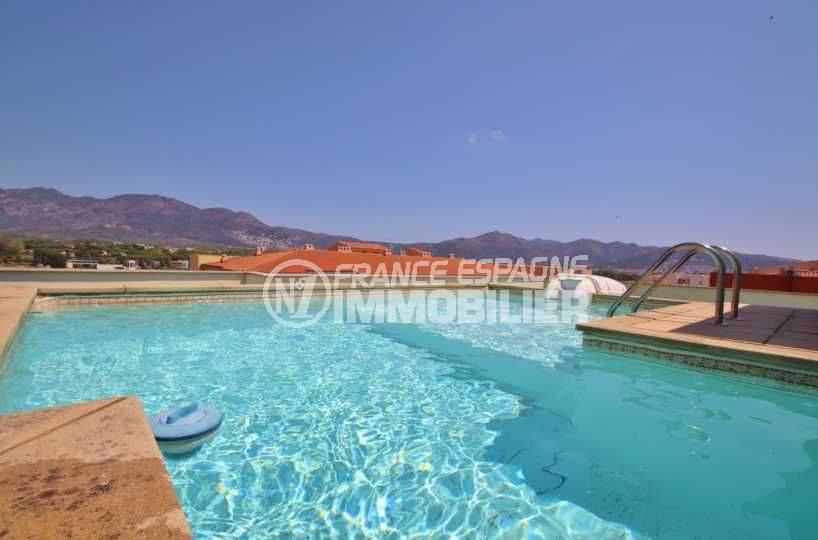appartement costa brava, ref.3482, perspective sur la piscine privée et les toits et sommets des montagnes alentours