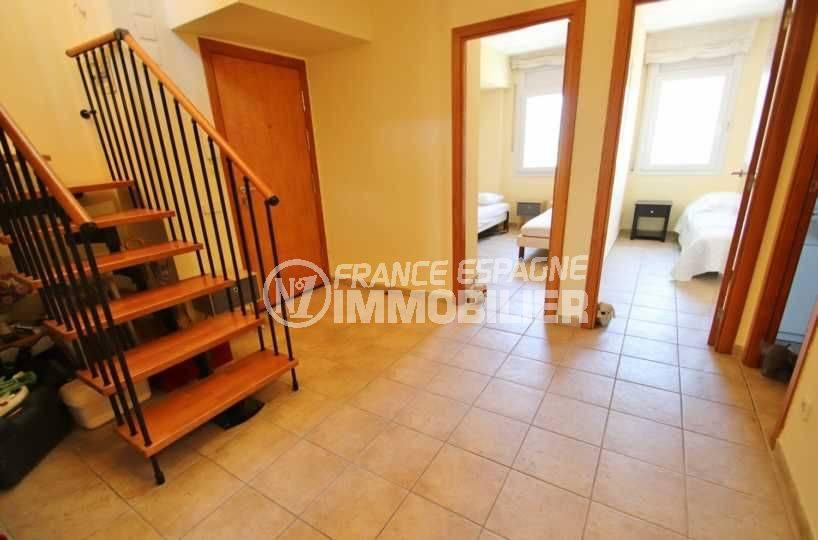 agence immobiliere rosas santa margarita: appartement ref.3482, entrée accès aux chambres et escalier vers la terrasse