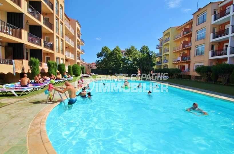 empuriabrava immobilier: appartement proche plage, vue sur résidence & piscines