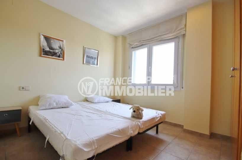 agence immobilière costa brava: appartement ref.3482, troisième chambre avec 2 lits et penderies intégrées