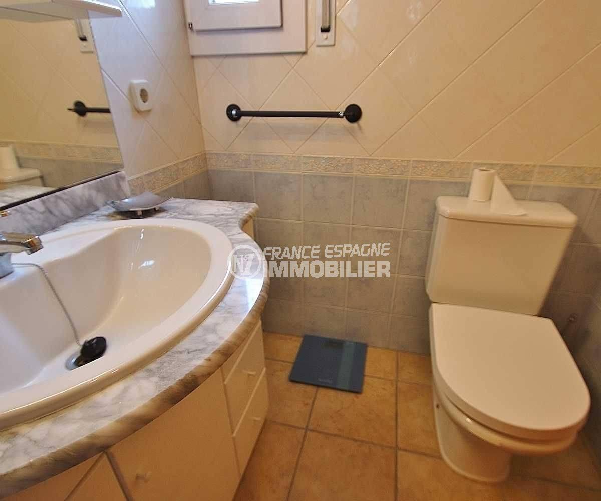 agence immobilière roses: appartement ref.3482, salle d'eau commune avec toilettes