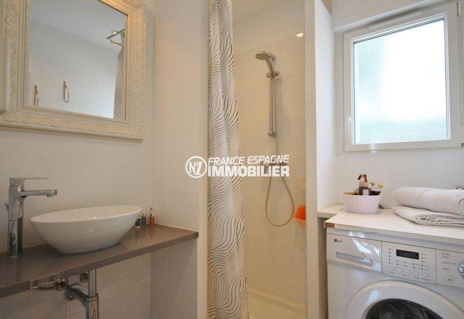 photo salle d'eau avec machine à laver