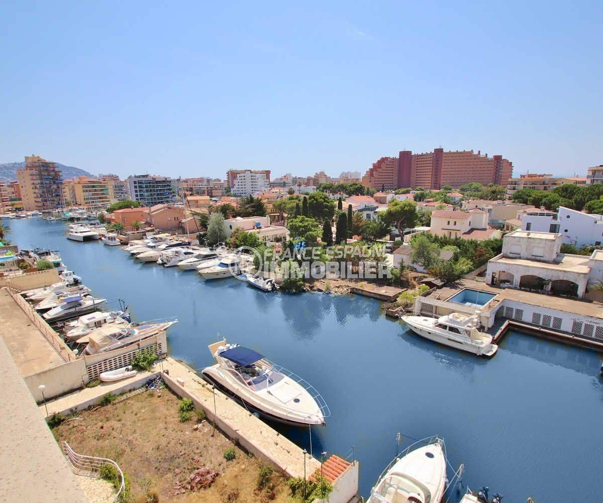 appartement à vendre à rosas espagne, ref.3482, vue plongeante de la terrasse sur le canal vers la mer