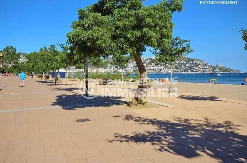 roses immobilier: appartement ref.3482, aperçu de la promenade le long de la plage à proximité