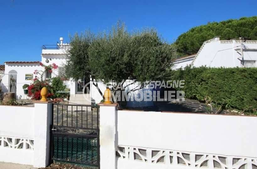 Roses vue façade villa secteur résidentiel