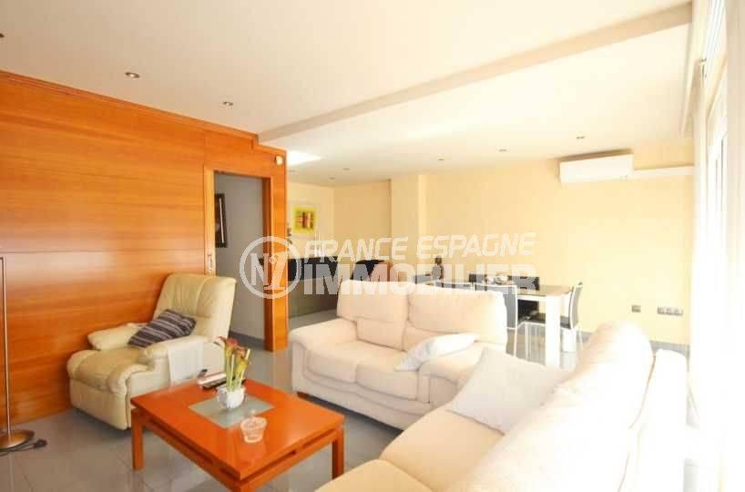 immo roses: villa 285 m², salon / séjour lumineux avec accès à la terrasse