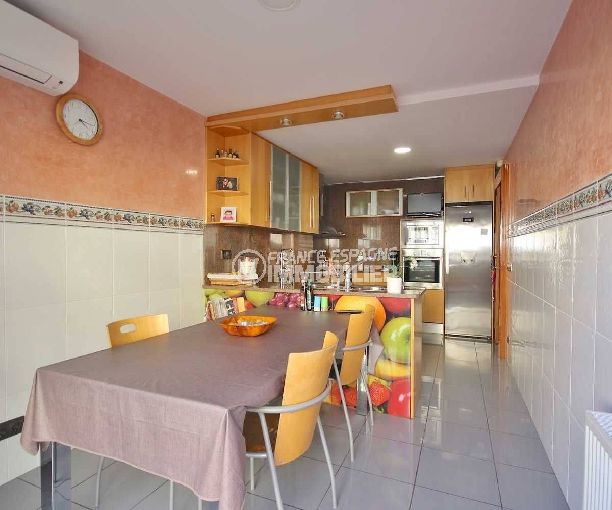 maison a vendre a rosas, proche plage, cuisine indépendante équipée avec espace repas