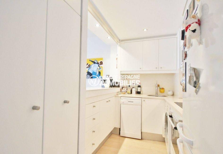 agence immobilière costa brava: appartement 47 m², cuisine équipée avec rangements