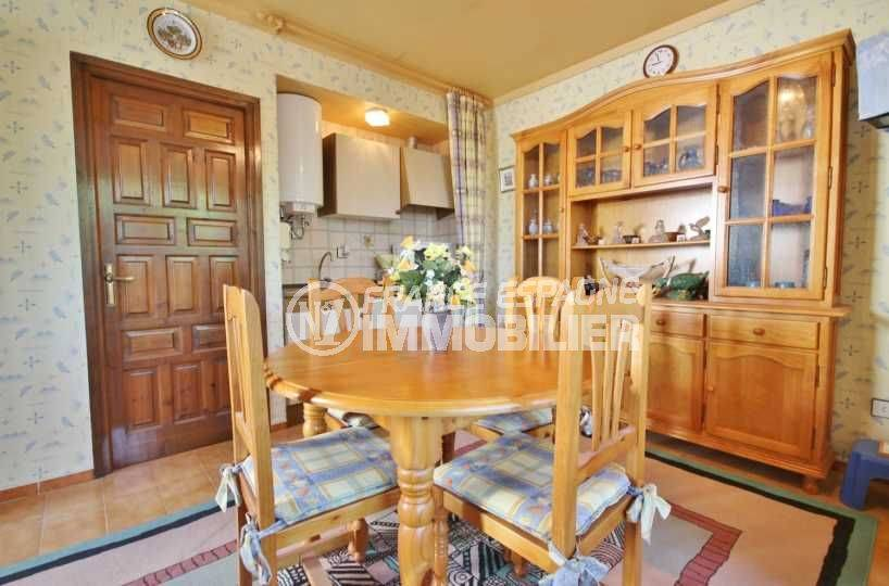 immo roses espagne: appartement ref.3517, coin repas, cuisine et rangements
