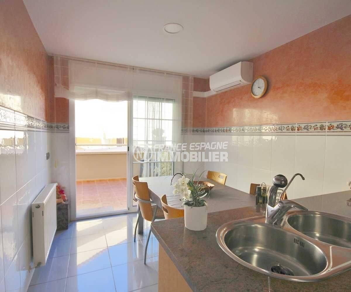 roses immobilier: villa 285 m², cuisine indépendante qui donne accès à la terrasse