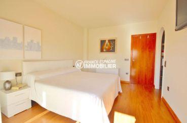 agence rosas: villa 285 m², première chambre avec lit double et dressing