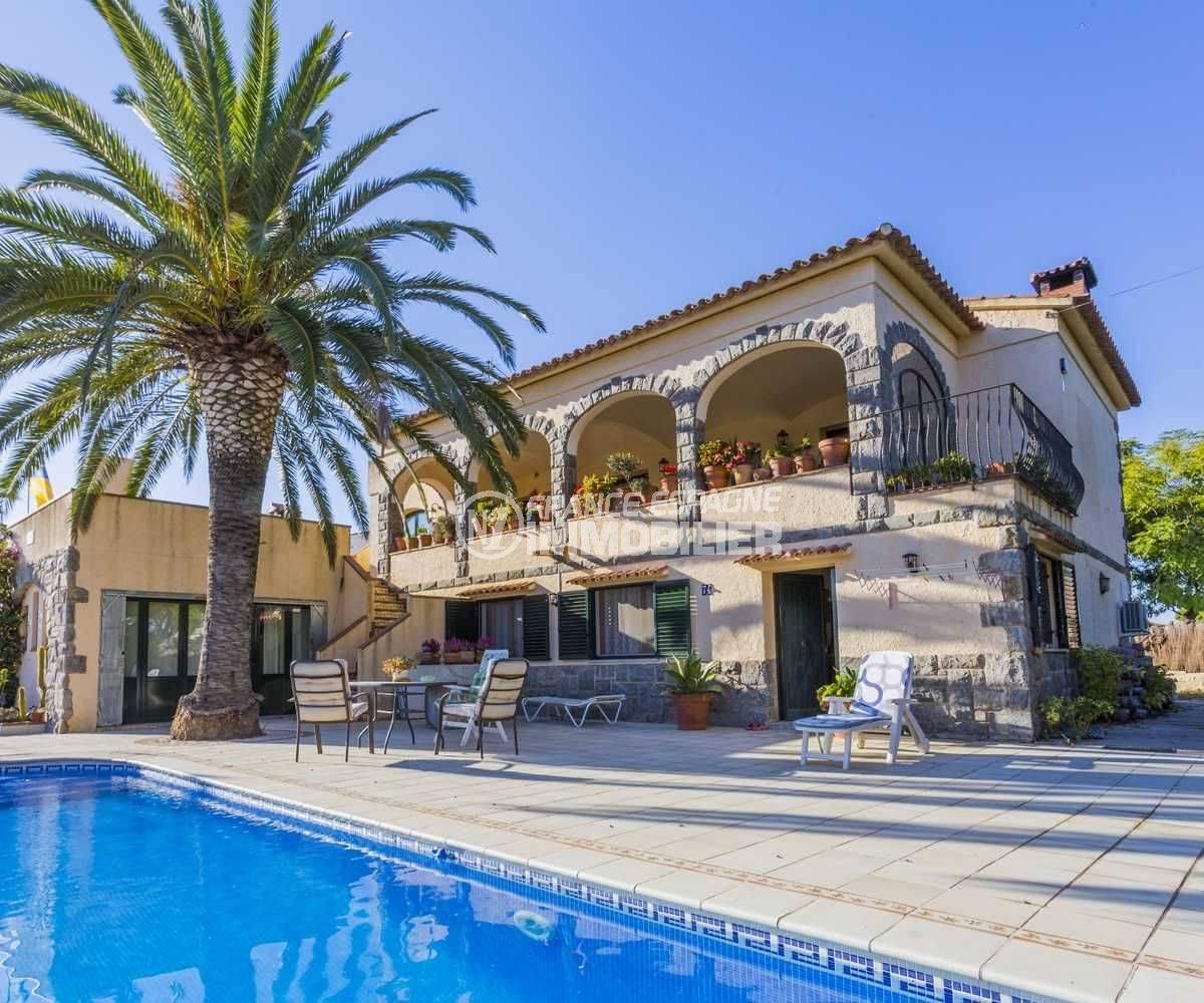 Empuriabraba villa vue façade terrasse piscine dans secteur résidentiel