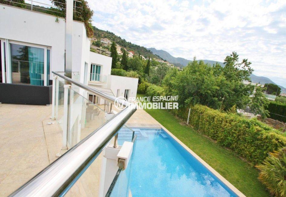 maison a vendre espagne catalogne, garage, vue plongeante sur la piscine depuis la terrasse
