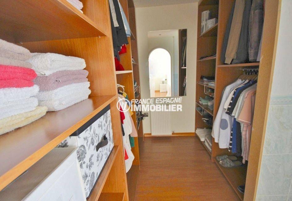 maison a vendre espagne costa brava, centre-ville, vue sur le dressing de la première chambre