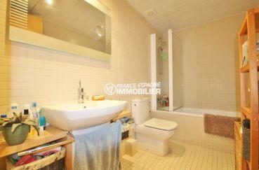 vente appartement rosas espagne, vue canal, salle de bains avec baignoire, vasque et wc