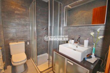 la costa brava: villa 285 m², salle d'eau avec douche, vasque et wc