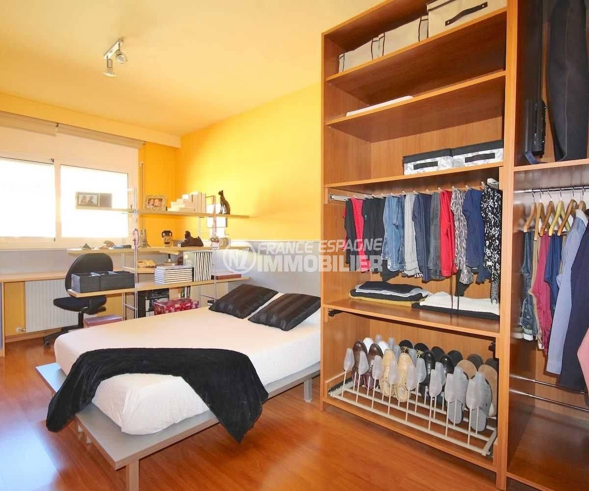 immobilier costa brava: villa récente, deuxième chambre avec lit double et dressing