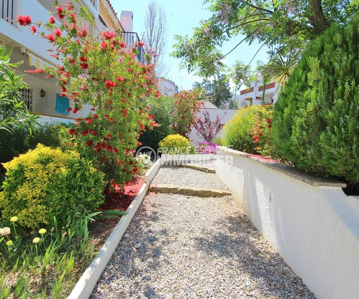 immocenter roses: appartement ref.3517, chemin en gravier  traversant l'espace arboré