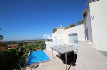 vente immobiliere espagne costa brava: villa 476 m², aperçu piscine et terrain 972 m² depuis la terrasse