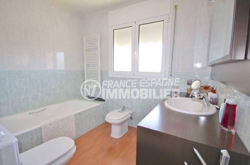 agence immobiliere costa brava espagne: villa 285 m², salle de bains avec baignoire et wc