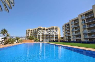 immo center rosas: appartement 47 m², vue sur la piscine de la résidence standing