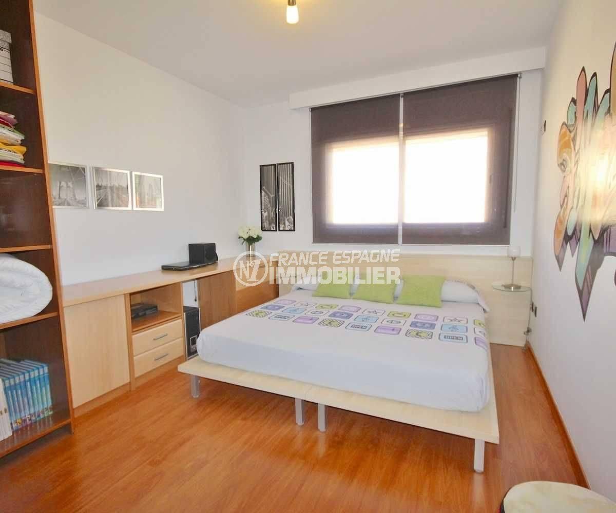 achat roses espagne: villa récente, troisième chambre avec lit double et rangements