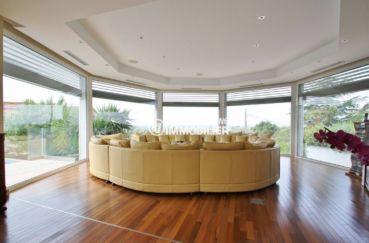 costabrava immo: villa 476 m², salon / séjour avec grands canapés, jolies baies vitrées
