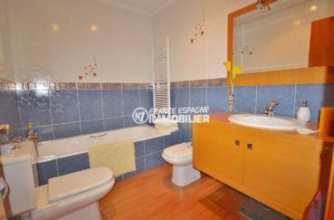 immo costa brava: villa 285 m², deuxième salle de bains avec baignoire, vasque et wc