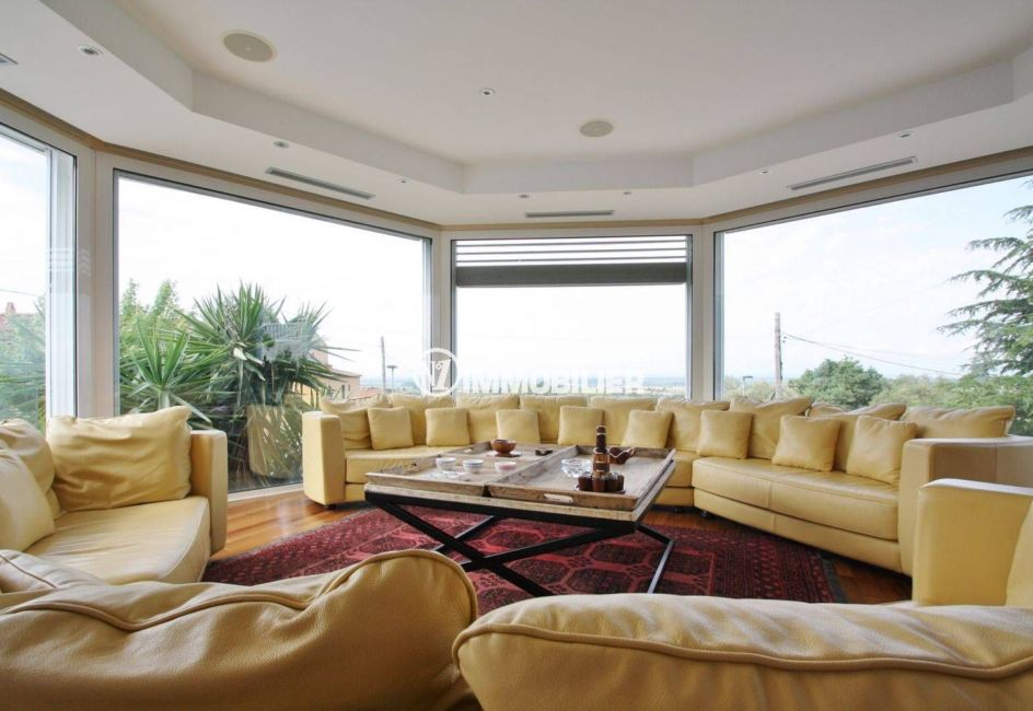 costa brava house: villa 476 m², grand salon convivial avec plusieurs canapés
