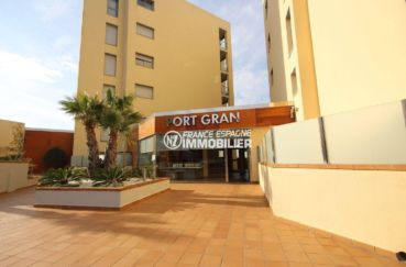 immocenter roses: appartement 47 m², entrée de la résidence standing avec piscine