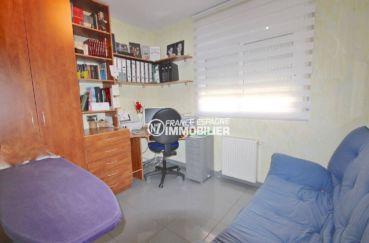 achat rosas: villa 285 m², quatrième chambre aménagée en bureau et un canapé
