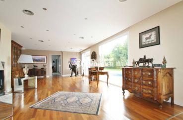 n1immobilier: villa 476 m², salon / séjour avec rangements accès terrasse