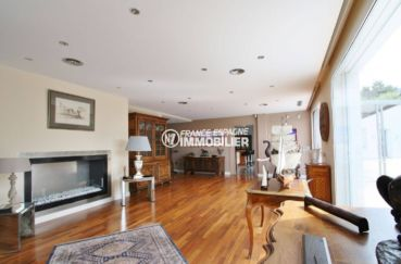 achat immobilier costa brava: villa standing, belle cheminée dans le salon / séjour