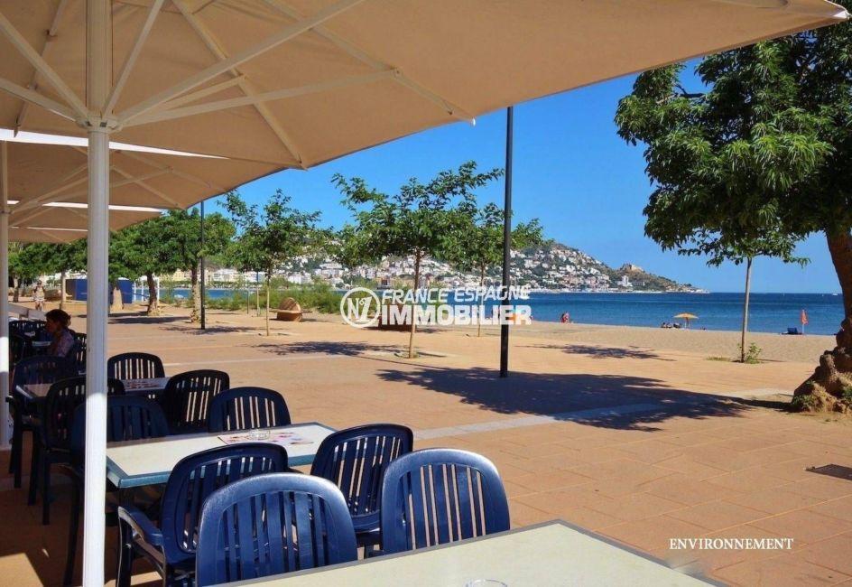 terrasses de restaurants près de la plage aux environs