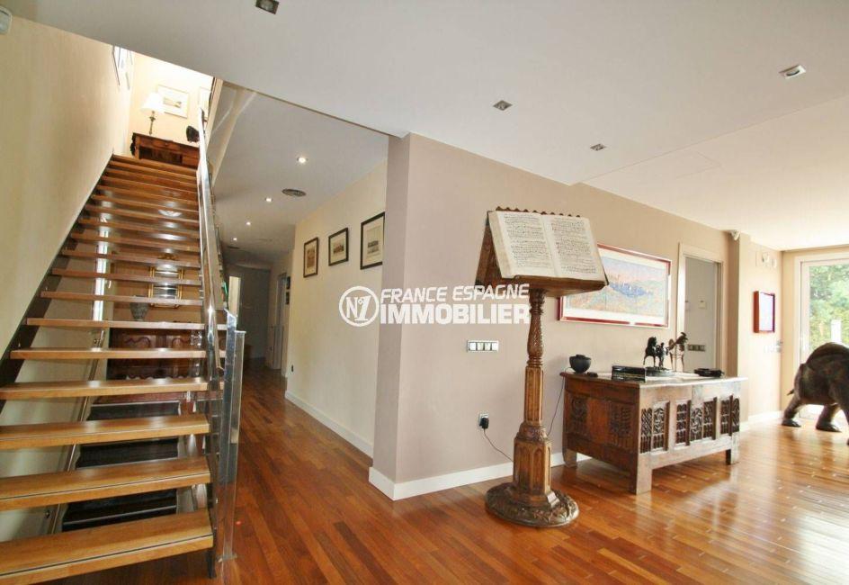 vente de maison costa brava, palau, hall d'entrée qui dessert l'étage, escaliers