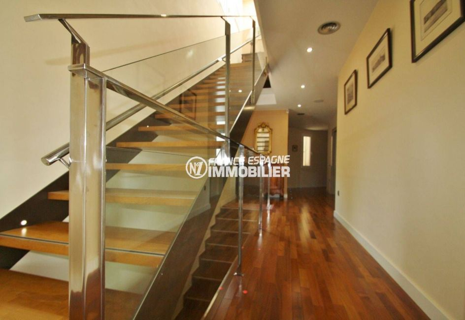 achat immobilier espagne costa brava: villa 476 m², couloir qui dessert les différents étages