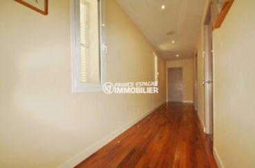 acheter une maison sur la costa brava, palau, couloir avec lumières intégrées au sol