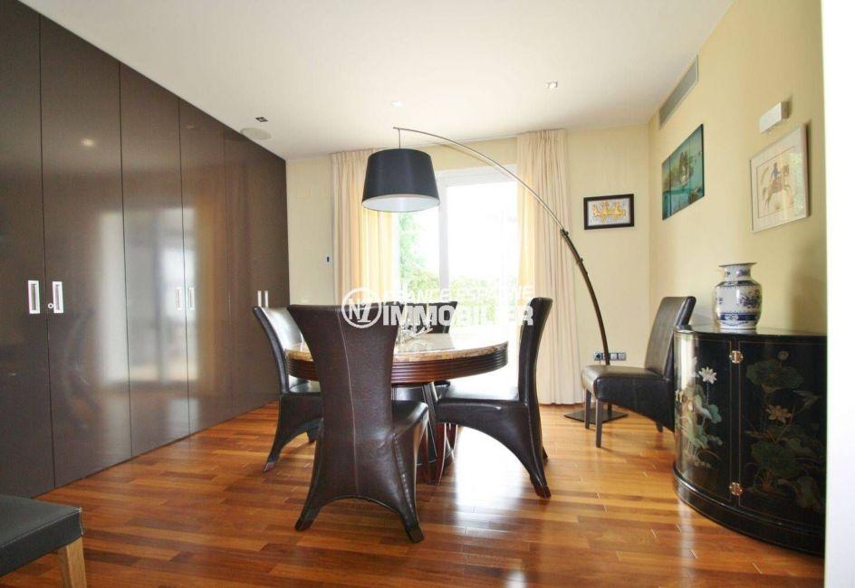 vente de maison en espagne costa brava, standing, séjour avec coin repas avec nombreux placards
