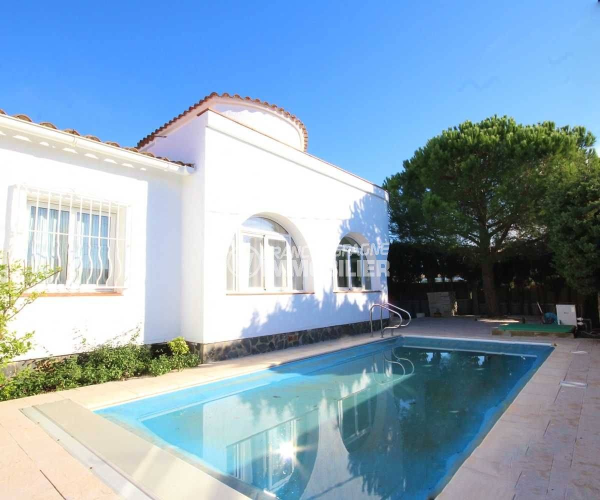 Roses villa secteur résidentiel façade villa avec piscine exposition sud